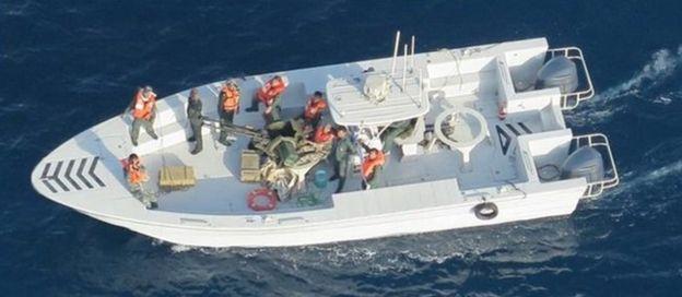 """تصویری از """"قایق سپاه پاسداران ایران بعد از برداشتن مین از نفتکش"""" کوکوکا کوریجس که ارتش آمریکا منتشر کرده"""