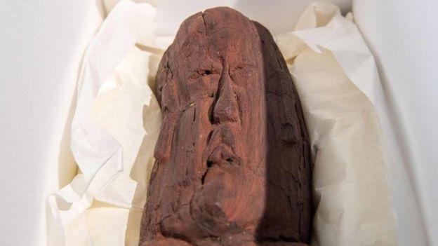 Uno de los dos hallazgos olmecas exhibidos en cajas protectoras durante una conferencia de prensa de la Colección Arqueológica estatal de Baviera en Múnich.