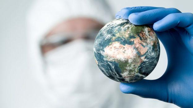 Mão segurando o planeta Terra