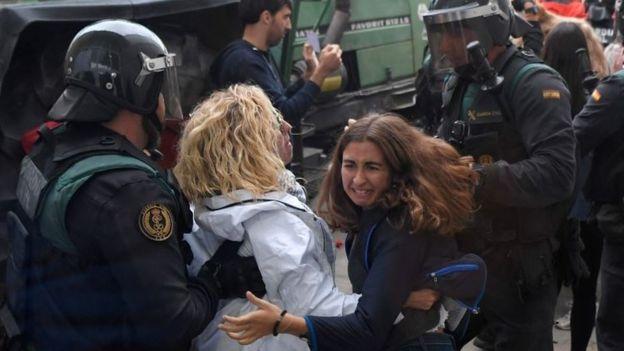 Mujeres y policías
