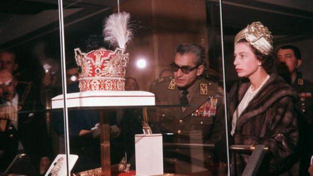 ملکه الیزابت در حال بازدید از جواهرات سلطنتی ایران در سال ۱۳۳۹