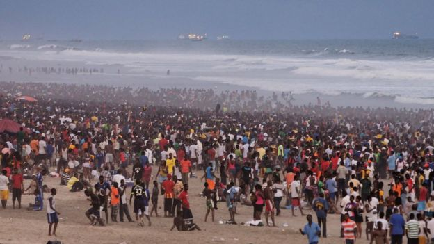 People pack enter di Labadi beach for Accra