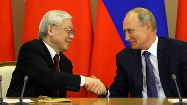 """Tổng thống Nga Vladimir Putin nói với TBT Nguyễn Phú Trọng hôm 06/09 tại Sochia rằng Liên bang Nga """"muốn quan hệ chặt chẽ hơn về quân sự và an ninh với Việt Nam"""", theo các hãng thông tấn"""