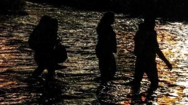 Mulheres atravessando o Rio Grande