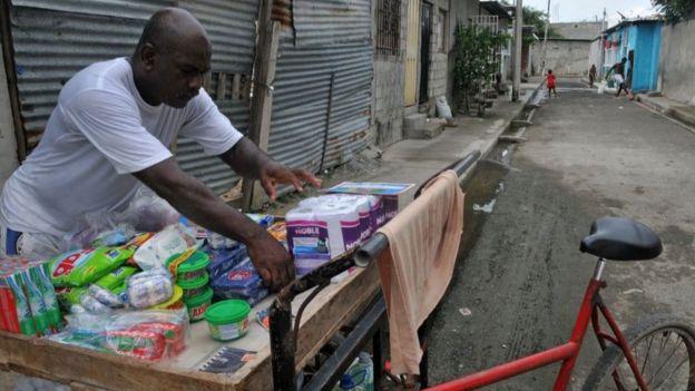 Las medidas de Ecuador apuntan a ayudar a familias de escasos recursos y pequeños negocios.