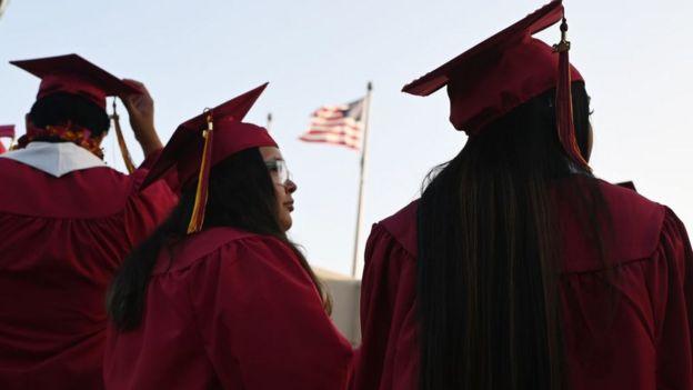 Estudiantes graduándose en una universidad.