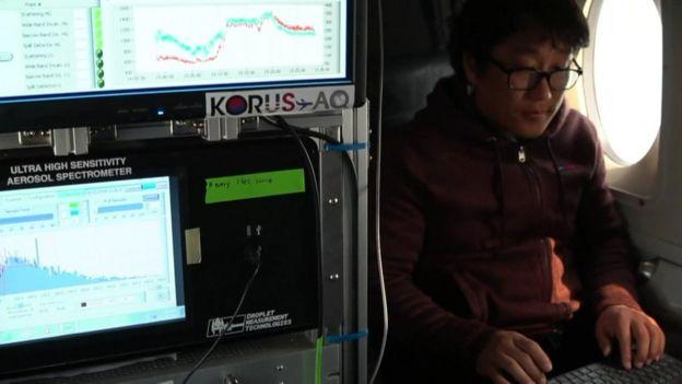 Un investigador a bordo de un avión que analiza el aire sobre el Mar Amarillo