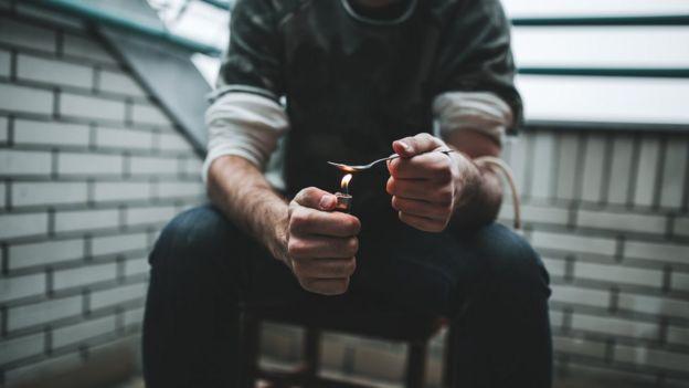 Hombre a punto de consumir heroína.