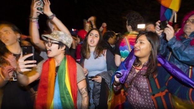 مئات يحتجون على تاريخ السيدة بنس في معاداة المثليين