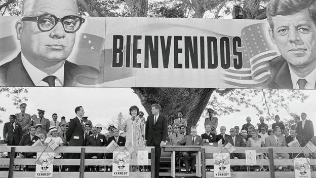 Jacqueline e JF Kennedy em evento na Venezuela