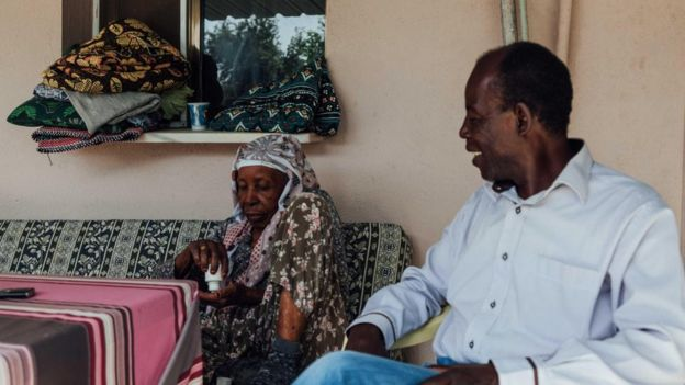 Hatice Nine ve oğlu Esat Bey evlerinin avlusunda oturuyor