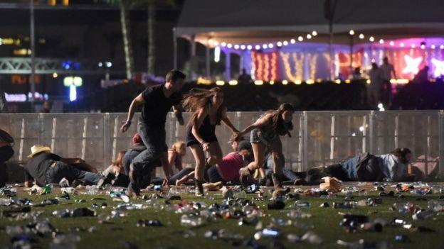 Pessoas fugindo do local do tiroteio.