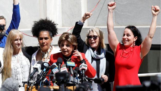 La abogada Gloria Allred junto a otras de las mujeres que denunciaron a Cosby.