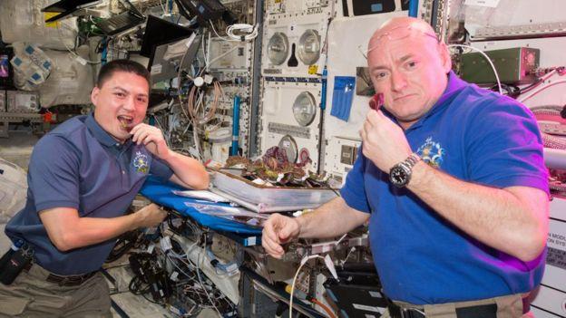 林德格伦(左)说,一起盖尔斯香水用餐是和国际空间站其他宇航员保持沟通的重要途径。