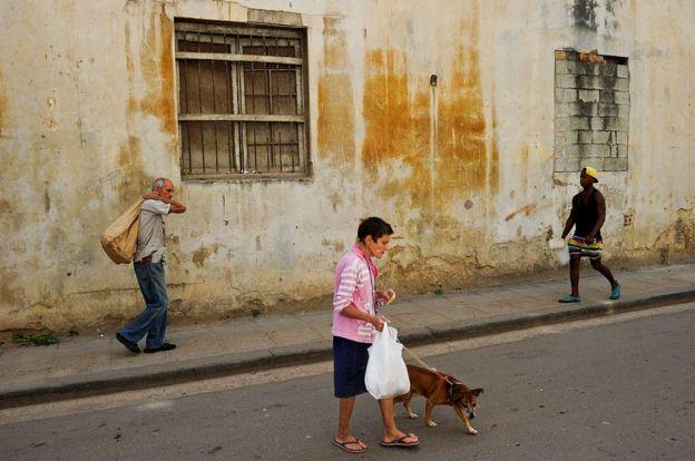 Tres personas caminando en La Habana