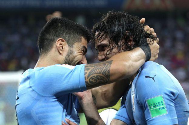 Suárez y Cavani se abrazan, dos jugadores que nacieron en la misma ciudad y con pocas semanas de diferencia.
