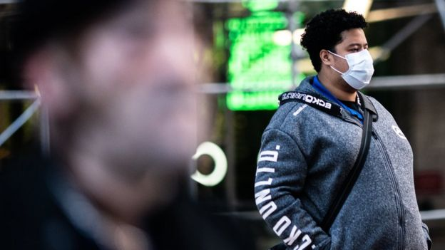 Homem usa máscara em rua de Nova York, em 13 de março de 2020