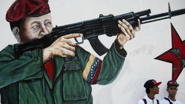 Imagem de Chávez com fuzil