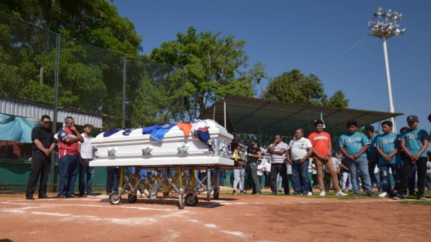 Ceremonia en estadio de beisbol.