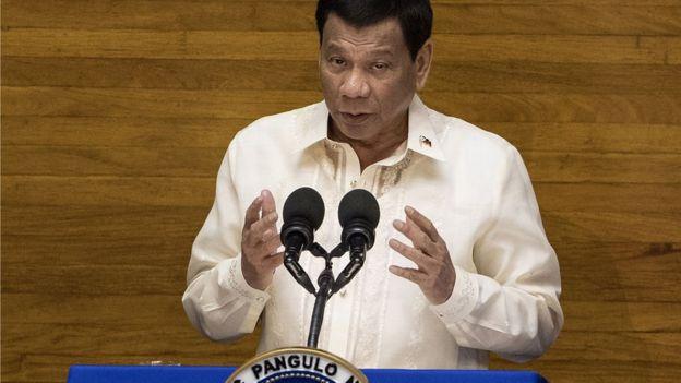 菲律賓總統杜特爾特上台後,嘗試與中國建立更緊密關係,但引起國內反彈。