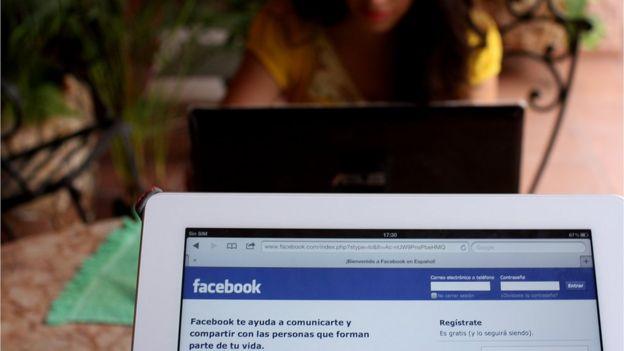 Computadora donde se ve Facebook en español.