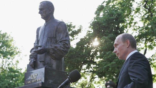 Vladimir Putin and statue of Anatoly Sobchak