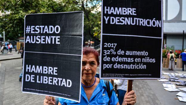 Mujer protesta contra la escasez en Venezuela, noviembre de 2017