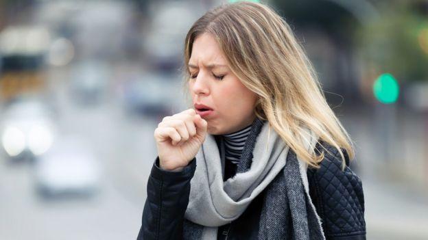 Nghiên cứu mới cho thấy ho và hắt hơi có thể tạo ra chất lỏng bắn xa hơn so với suy nghĩ trước đây