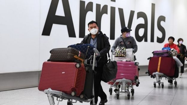 中国旅客抵达伦敦