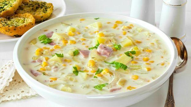 Полупротертый суп с кукурузой должен выглядеть примерно так, хотя, как мне кажется, на этом фото явно переборщили с молоком