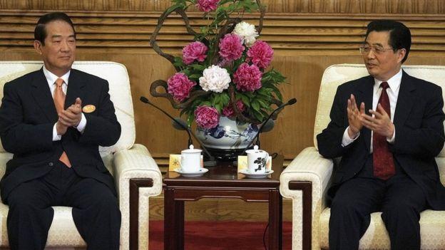 宋楚瑜(左)、胡錦濤