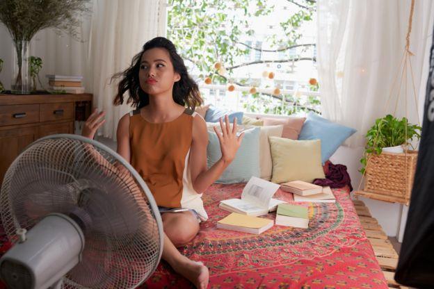 Una joven estudiando en su alcoba