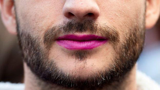 Hombre en manifestación en apoyo a la causa femenista