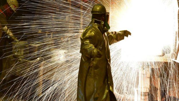 Trabajador en una fábrica de acero.