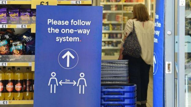 Sinal em supermercado orienta distância entre os clientes