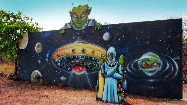 Painel representando espaçonaves e alienígenas verdes no discoporto de Barra do Garças