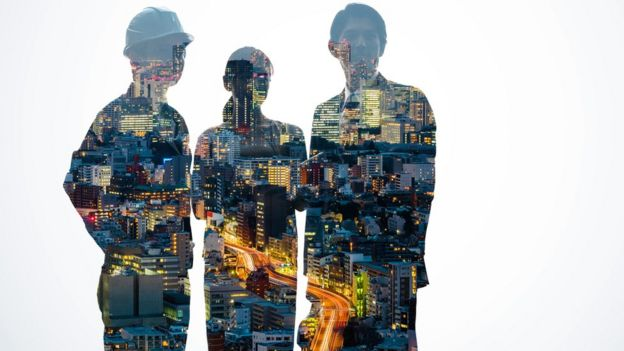Siluetas de personas con una urbanización