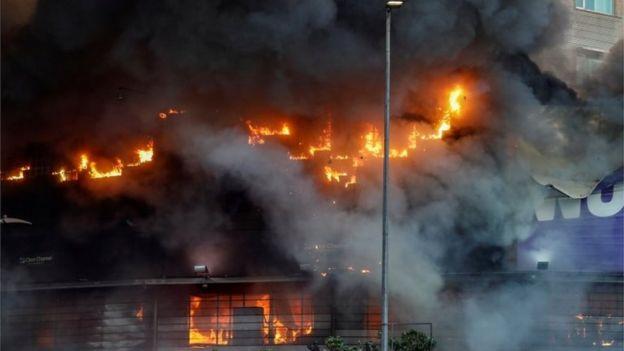 Un centro comercial se incendia en Santiago