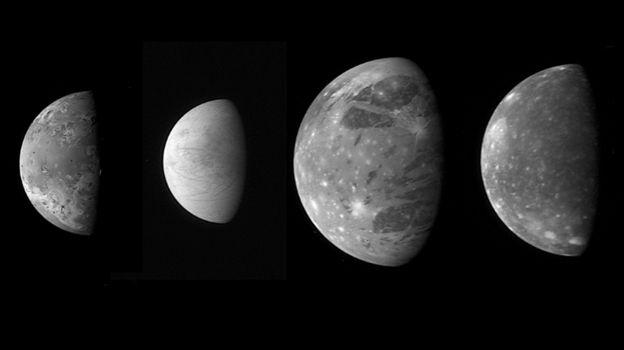 ดาวบริวารบางส่วนของดาวพฤหัสบดี (จากซ้ายไปขวา) ดวงจันทร์ไอโอ, ยูโรปา,แกนีมีด และคัลลิสโต