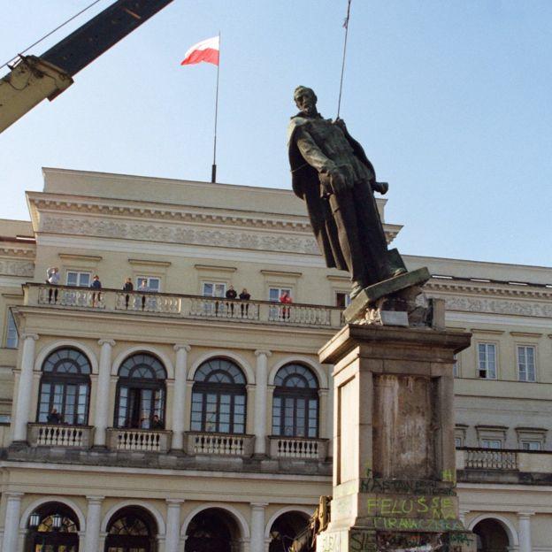 Bức tượng cuối cùng của các nhà lãnh đạo Cộng sản cũ ở Ba Lan bị giật đổ khi chính quyền mới lên nắm quyền 9/1989