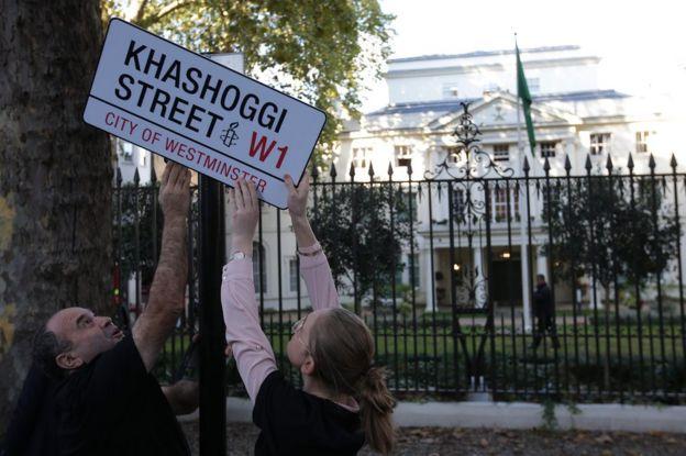 Активисты правозащитной организации Amnesty International принесли к посольству Саудовской Аравии в Лондоне табличку