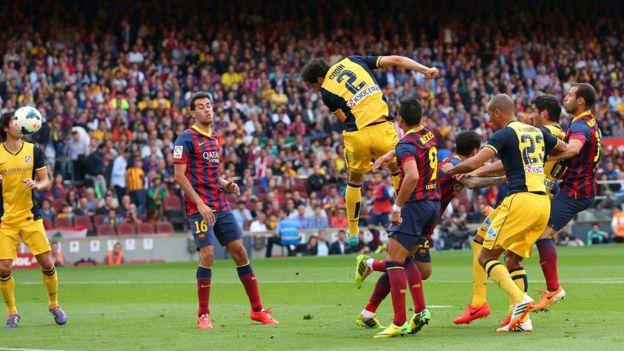Godín anota contra el Barcelona
