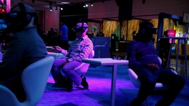 Attendees use Oculus virtual reality headset during the annual Facebook F8 developers conference in San Jose (18 April 2017)
