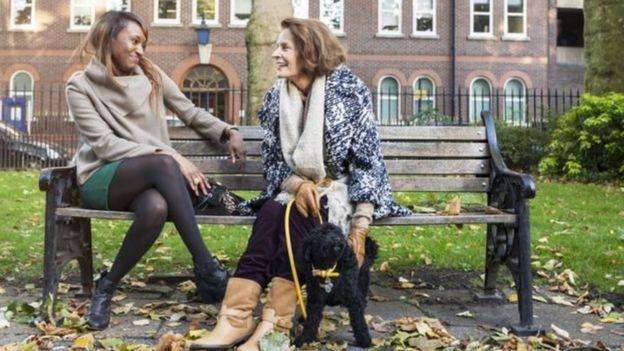 Bankta konuşan iki kadın