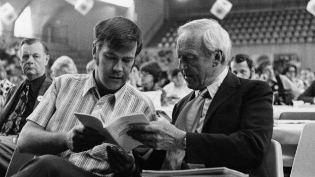Imagen de Alfvén con un colega en 1973.