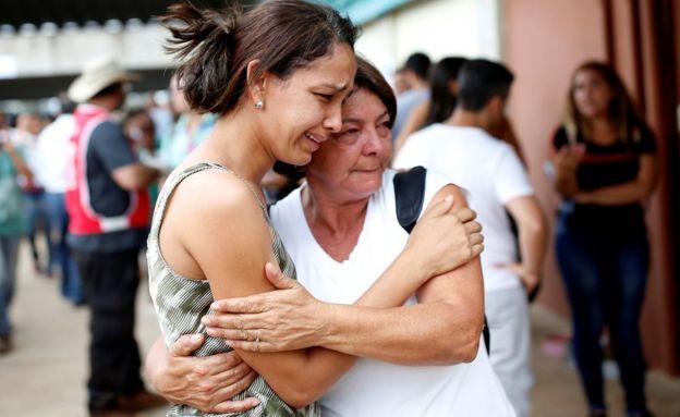 بازماندگان قربانیان این واقعه نگران و گریان منتظر دریافت خبری از عزیزانشان هستند