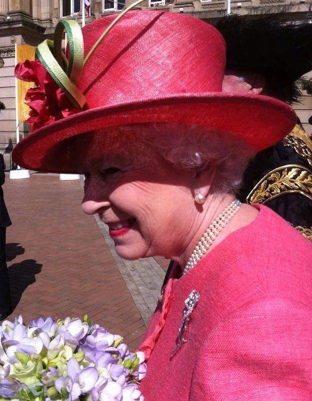 The Queen in pink hat