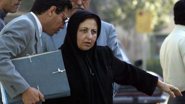 Shirin Ebadi en 2004 antes de asistir al juicio para defender el caso de Zahra Kazemi.