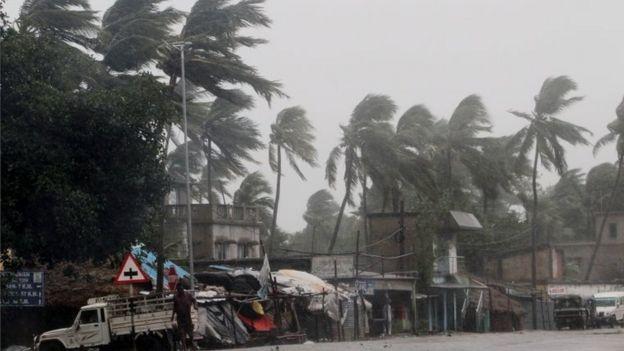 Vientos de hasta 185 km/h golpearon la costa de Orissa, India.