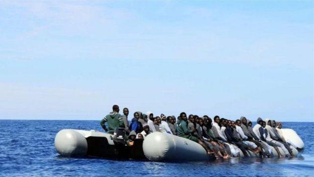 Şişme botla Akdeniz'i geçmeye çalışan mülteciler